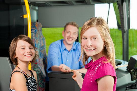 Kinder steigen in einen Bus ein