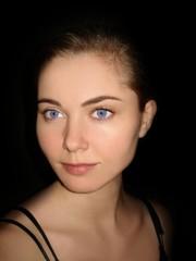 beleuchtetes Gesicht einer Frau in der Dunkelheit