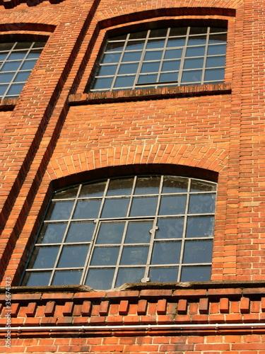 traditionelle fabrikfenster an einem alten fabrikgeb ude. Black Bedroom Furniture Sets. Home Design Ideas