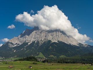Foto op Plexiglas Onweer Zugspitze in Wolken