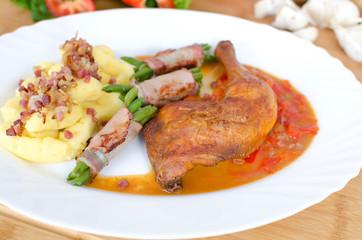 Hähnchenkeule mit Bohnen und Stampfkartoffeln