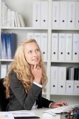 blonde frau im büro schaut nach oben