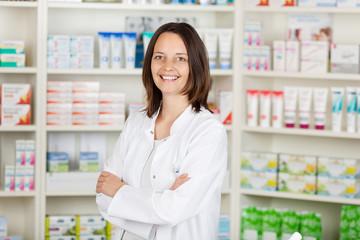 lächelnde apothekerin mit verschränkten armen