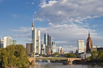 Skyline Frankfurt am Main mit Dom bei schönem Wetter