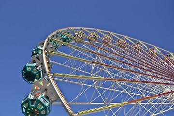 Riesenrad bei blauem Himmel