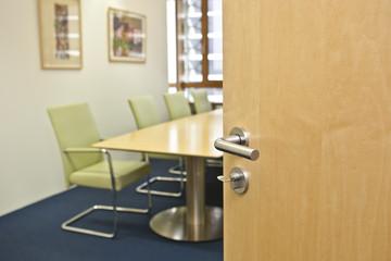 offene Tür mit Blick in den Besprechungsraum Konferenz