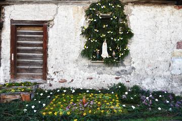 vecchia casa con decorazione religiosa