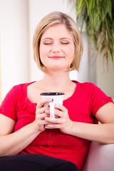 junge blonde Frau beim Kaffeegenuss