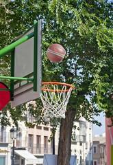 Canasta y balón de baloncesto