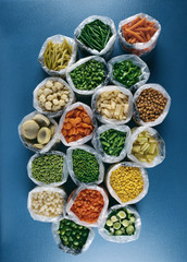 Composition de sachets de légumes en vue plongeante