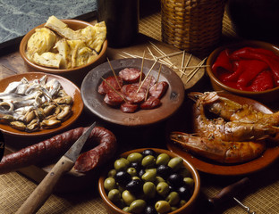 Tapas amuses bouche chorizo olives gambas poivrons moules harengs tortilla