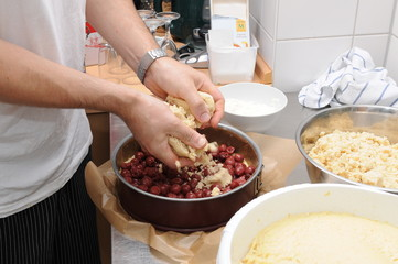 Der Bäcker bei der Arbeit - Kirschkuchen backen