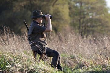 Jäger beobachtet sein Revier