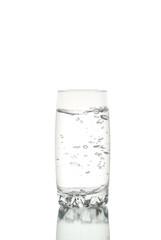 Vaso de agua con burbujas de aire