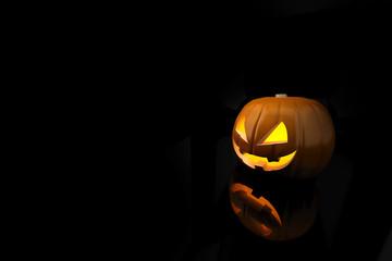 Halloween Kürbis auf schwarzem Untergrund als Einladung