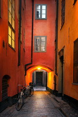 Montage in der Fensternische Schmale Gasse Narrow alley in Stockholm