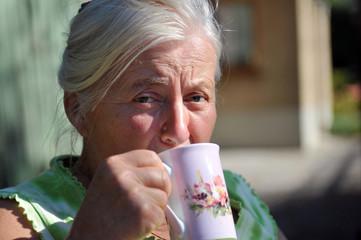 Seniorin beim Kaffee trinken