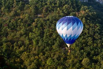 Montgolfière bleue en vol