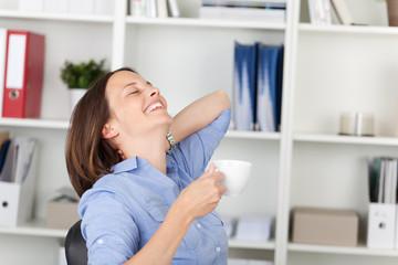 entspannte frau um büro