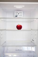 frigo vuoto con mela rossa
