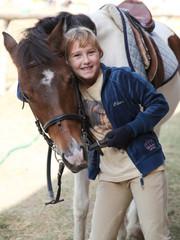 bambina  abbraccia cavallo