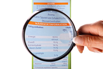 Verbraucherin nimmt Nährwertinformationen unter die Lupe