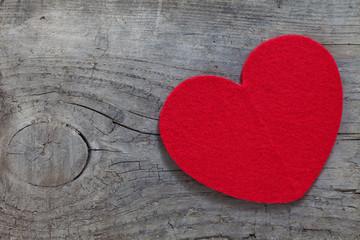 rotes Herz auf Holz
