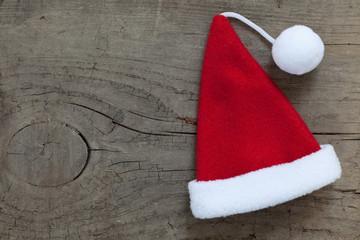 Weihnachtsmannmütze auf Holzuntergrund