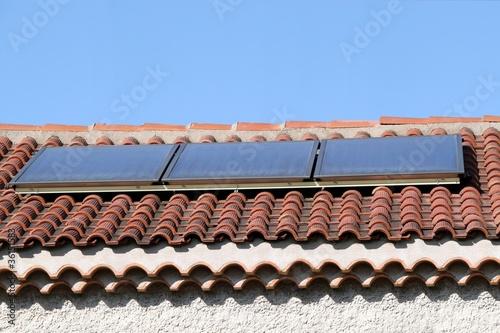 panneaux solaires sur le toit d 39 un mas en provence photo. Black Bedroom Furniture Sets. Home Design Ideas