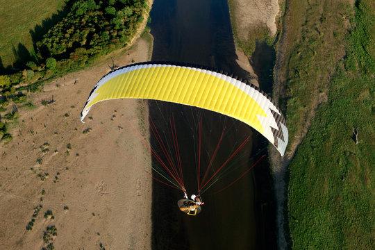 Paramoteur au dessus de la Loire