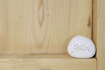 Holz-Hintergrund mit Glücksstein