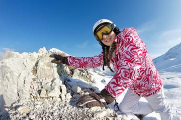 jeune fille monte sur un rocher