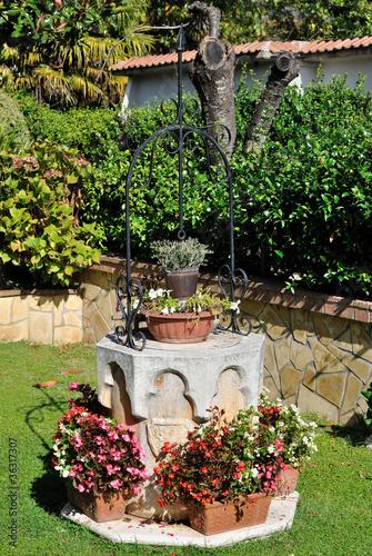 Giardino con pozzo immagini e fotografie royalty free su for Pozzi finti per giardino