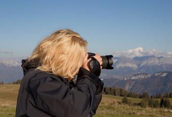 Fotografin im Gebirge