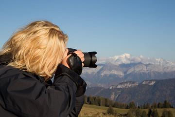Frau fotografiert den Mont Blanc