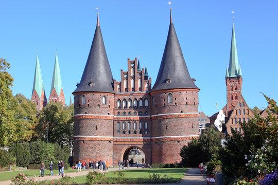 Holstentor und Kirchtürme der Altstadt, Lübeck
