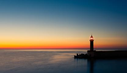 Foto auf Leinwand Leuchtturm phare crépuscule