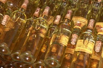 Wall Mural - Weinflschen im Regal, Italienische Weine,Piemont