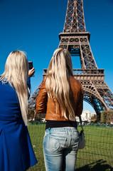 touristes sur le champ de mars à Paris