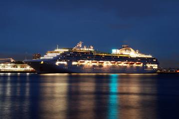 大さん橋に着岸する豪華客船の夜(山下公園より)