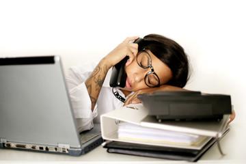 Frau schläft am Arbeitsplatz