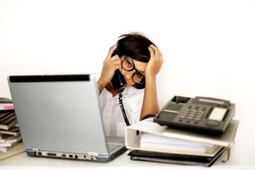 Frau gestresst am Arbeitsplatz