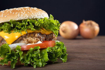hamburger frisch serviert, close up halb