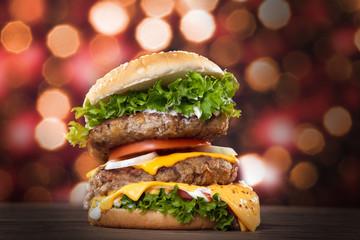 Hamburger frisch serviert, Mega doppelt, close up Glitzer