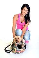une femme avec un chien dans un sac