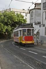 Tranvía en marcha por las calles de Lisboa.