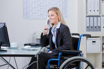 gehbehinderte angestellte im büro