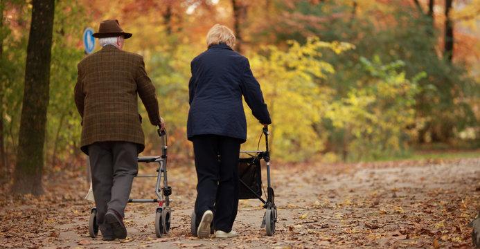 Rentnerpaar im Herbst