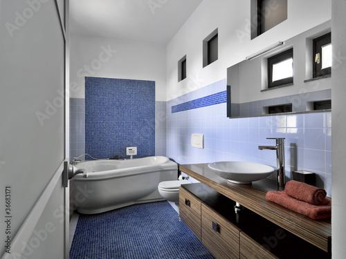 moderno bagno con mosaico blu e vasca idromassaggio