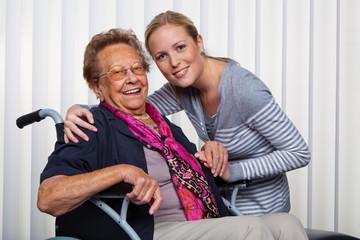 Enkel besucht Großmutter im Rollstuhl